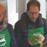 """A Diano Marina anche il vice Sindaco fa il pesto in piazza e partecipa a """"Firma e pesta"""" con Coldiretti"""
