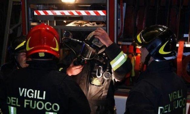 Brucia un tetto a Valenza, i pompieri lavorano per oltre 4 ore