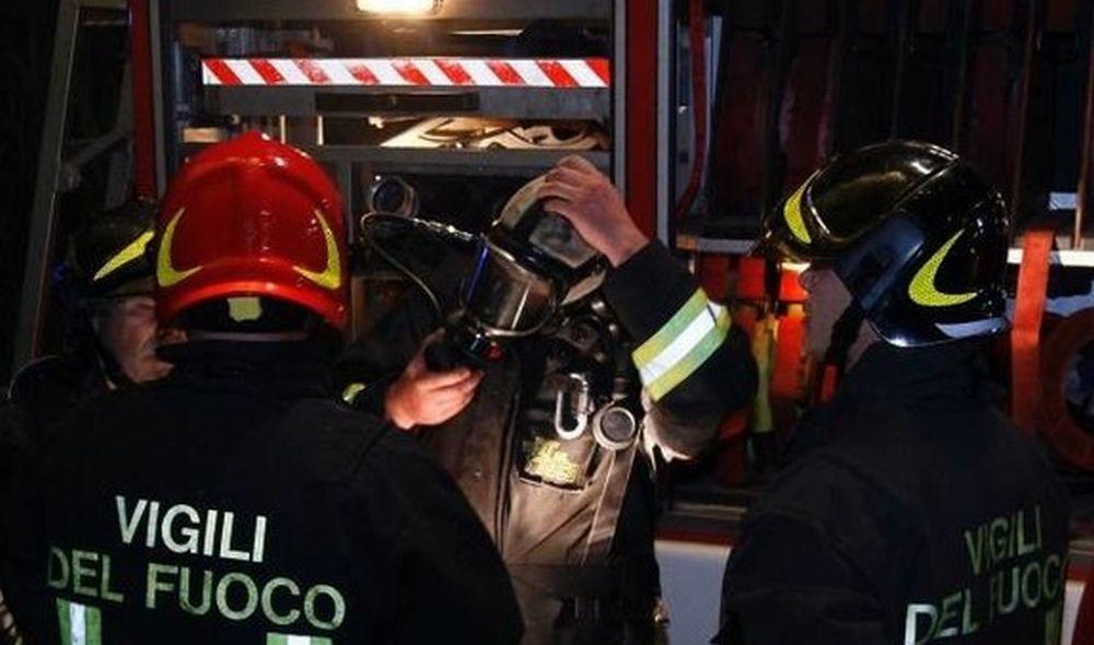 Cisterna di gasolio si ribalta alla periferia di Tortona, carburante in strada, ferita una coppia
