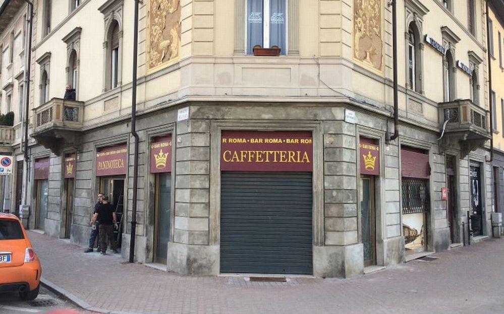 A Tortona ha chiuso lo storico Bar Roma, al suo posto un negozio di telefonia mobile