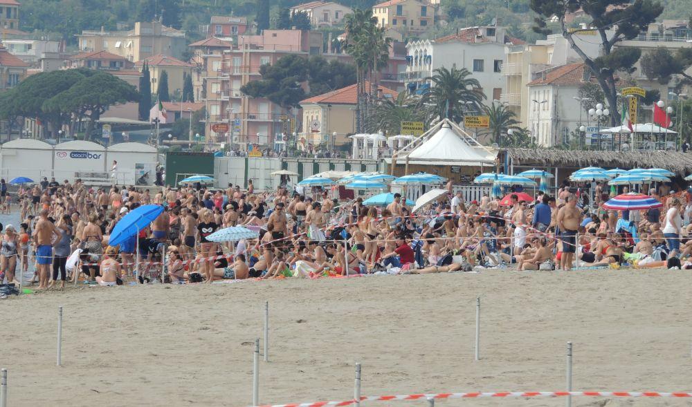 Un mare di gente a Diano Marina domenica: turisti, proprietari di seconde case, abitanti dall'entroterra… Neanche fosse Agosto!