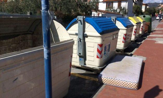 Diano Castello: qualcuno ha abbandonato un materasso in strada quando c'è il servizio di raccolta gratuito