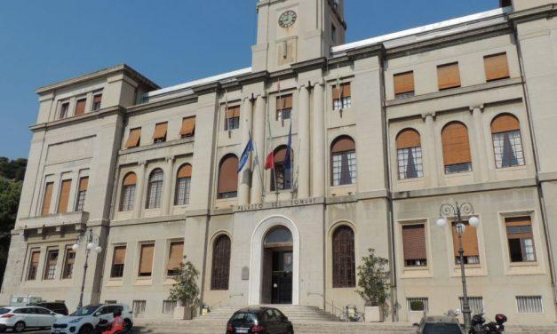 """Il municipio di Imperia  illuminato con i colori della bandiera francese. CasaPound """"Imbarazzante"""""""