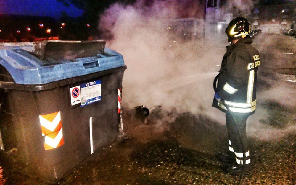 Ad Alessandria tornano in azione i vandali dei cassonetti: smetteranno mai di farci pagare i danni?