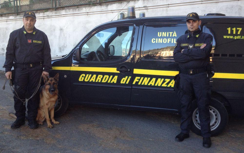 Tentava di passare la frontiera a Ventimiglia in autobus con 24 Kg di droga, bloccato dalla Finanza