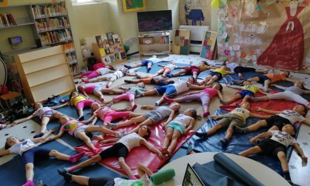 I bambini tortonesi fanno yoga in biblioteca