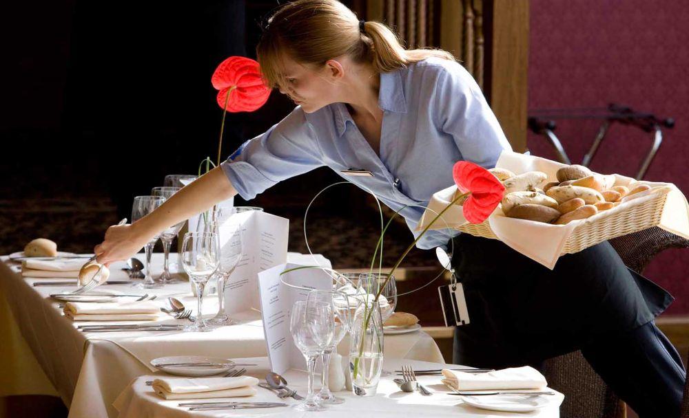 Piccole Storie Tortonesi: la cameriera che prende della puttana davanti ai clienti nel ristorante straniero