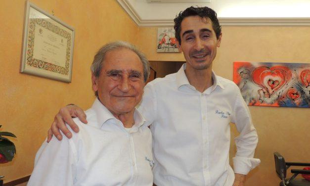 Fiore, il più importante barbiere di Tortona, festeggia 50 anni di attività con una serata musicale per tutti. La sua storia