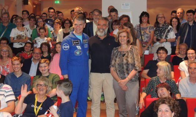 Le immagini e la cronaca dell'incredibile bagno di folla dei due astronauti della Nasa a Tortona