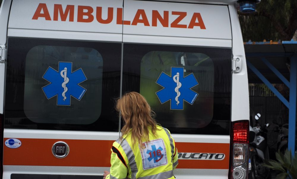 Giovane donna di 25 anni si ribalta con l'auto a Sale e finisce in ospedale