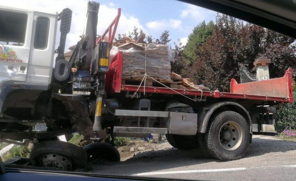 Schianto frontale auto/camion alla periferia di Tortona, grave una ragazza poco più che ventenne e guasti all'energia elettrica