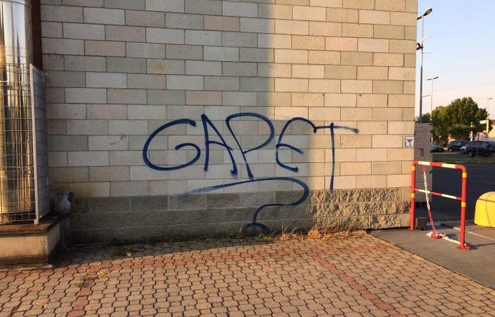 A Tortona una scritta strana: grafomani eruditi oppure un messaggio in codice?