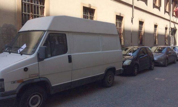 Ecatombe di multe per chi parcheggia in via Rattazzi ad Alessandria, ma gli automobilisti continuano lo stesso