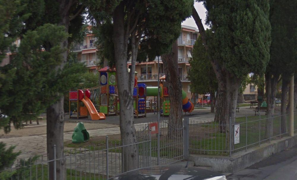 Pini troppo inclinati e pericolosi al parco giochi di Diano Marina, il Comune decide di abbatterli