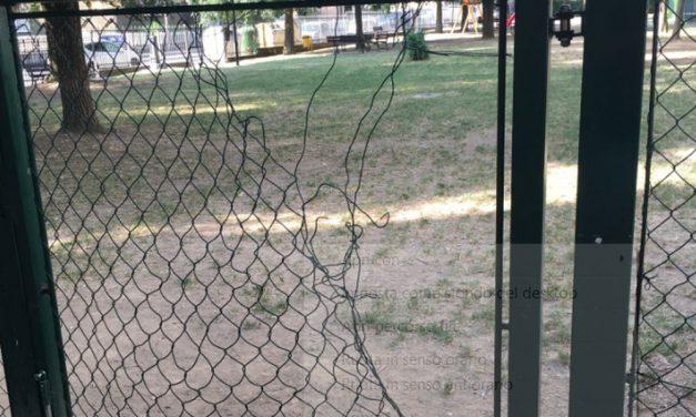 Tortona, la rete dell'area cani divelta, non c'è più sicurezza per i bambini