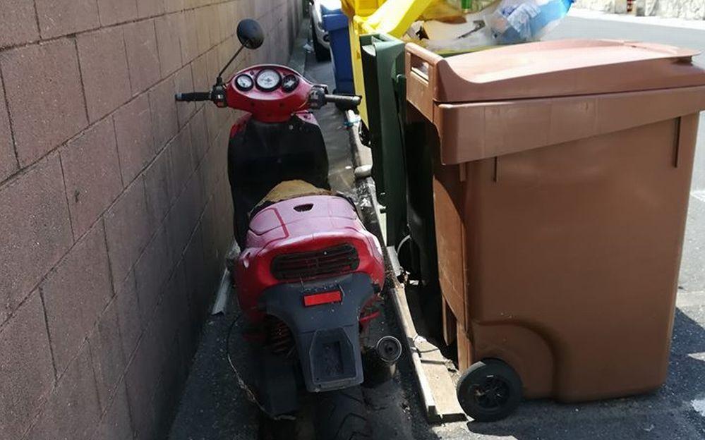 Rifiuti ingombranti nel Golfo Dianese: ma gli spazzini davvero porteranno via la moto?