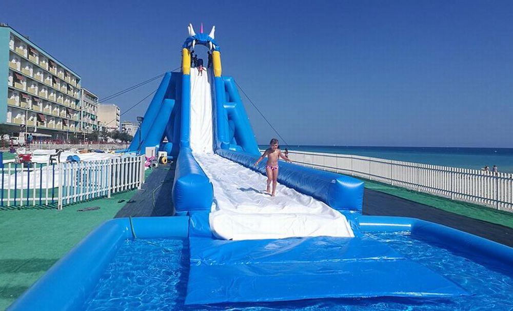 Adrenalina e divertimento tornano a Vallecrosia con lo scivolone acquatico di 50 metri