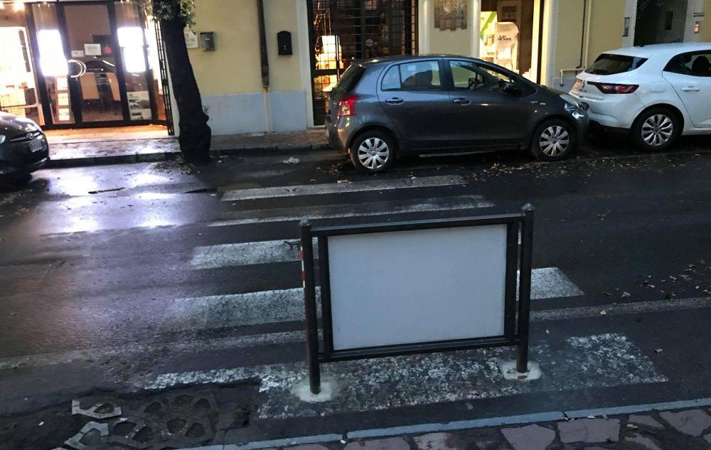 Ma è normale che una città come Diano Marina privilegi la pubblicità a pedoni e disabili?