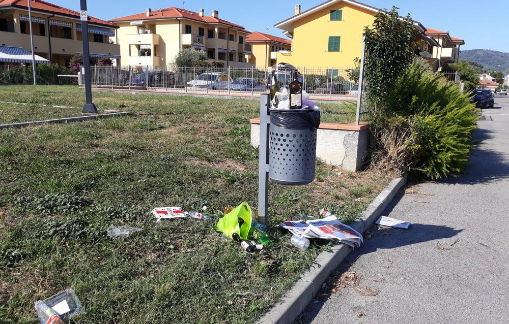 Parco di via Giaiette a Diano Marina: maleducazione, cestini insufficenti o servizio scarso?