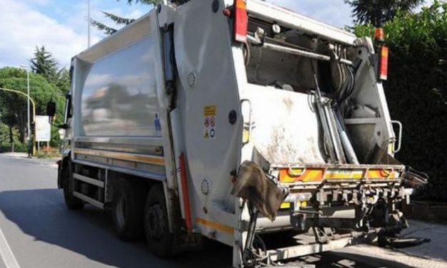 A Sale si rovescia il camion della spazzatura bloccando la circolazione stradale