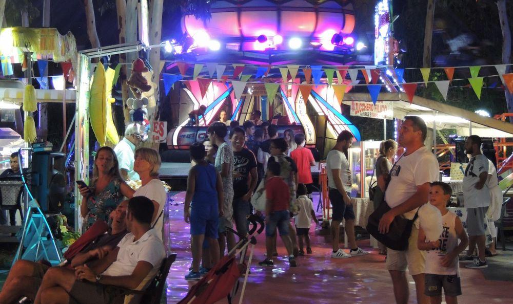 Le immagini del sabato sera di festa a Diano Marina con canti e balli: la gente vuole voltare pagina ed è stanca di brutte notizie