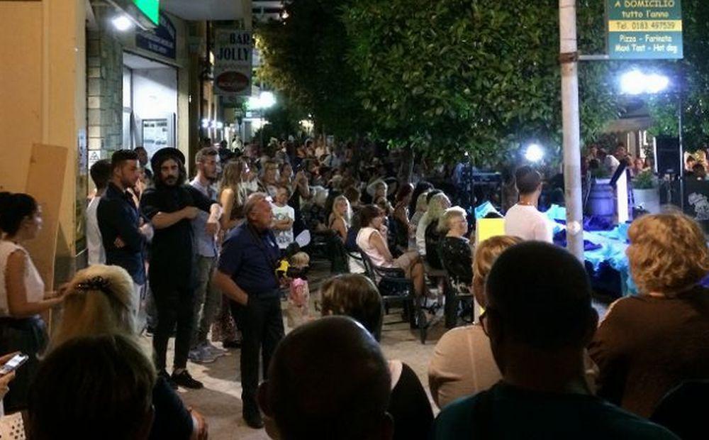 Tanti giovani dianesi in passerella per la sfilata di moda in via Genala a Diano Marina