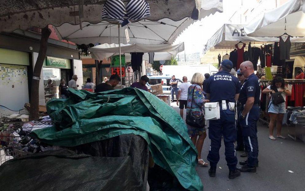 La Polizia Locale di Diano Marina sequestra merce originale per 40 mila euro. Le immagini