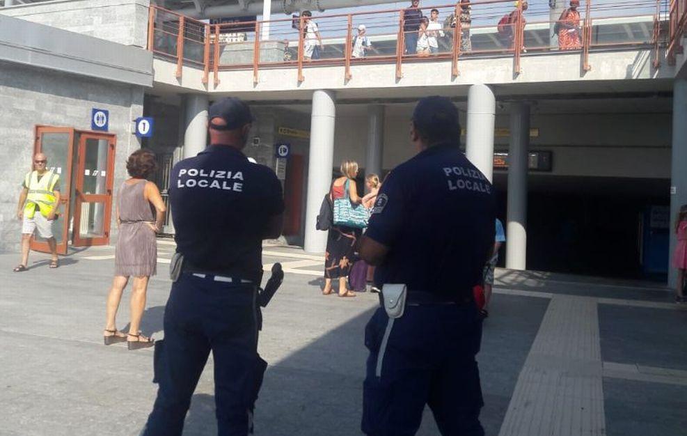 Controlli capillari alla stazione di Diano da parte della Polizia locale