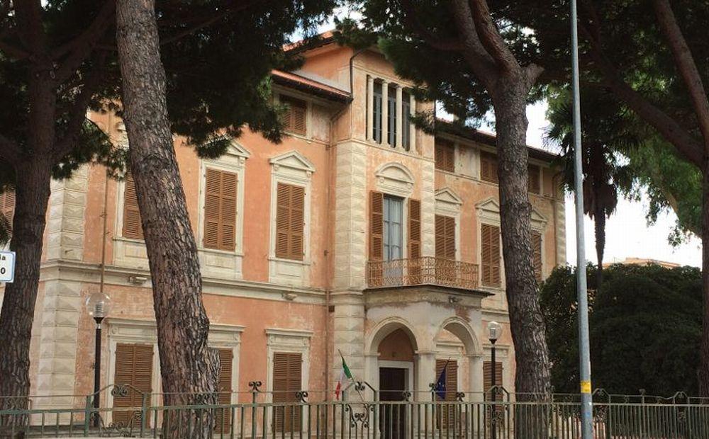 Finalmente il Comune di Diano marina ha deciso di aggiustare il cancello di Villa Scarsella
