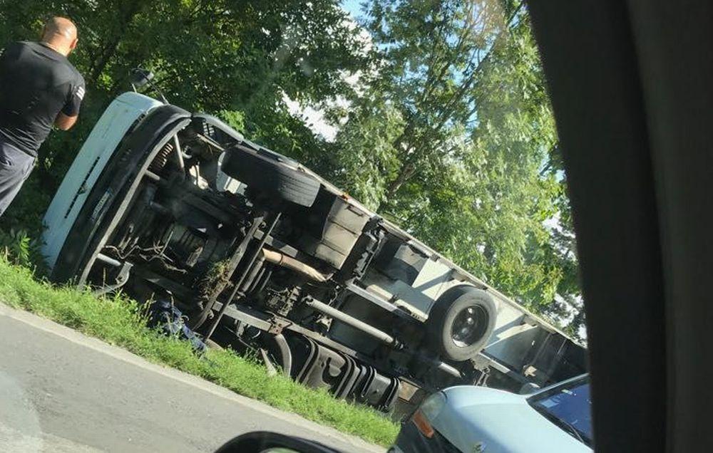 Incidente stradale alla periferia di Tortona: un camion si ribalta ed esce fuori strada