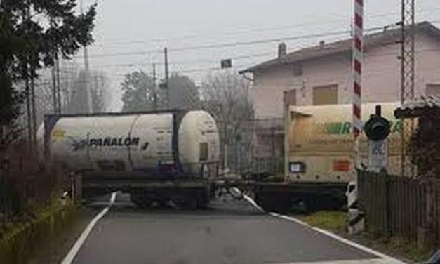 Ad Alessandria il passaggio a livello sulla linea ferroviaria fra Tortona è rimasto ancora aperto mentre passava il treno