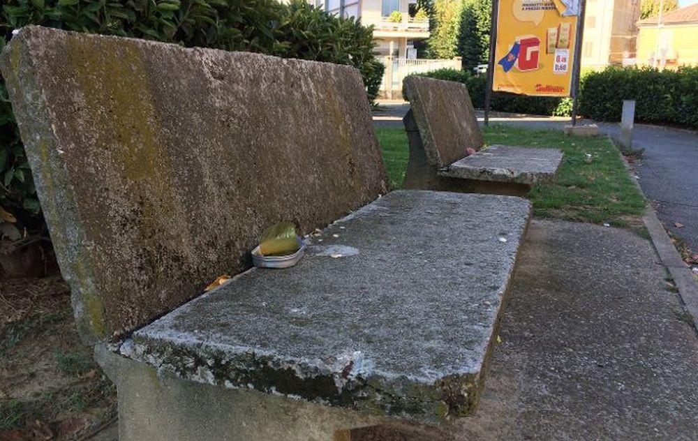 A Tortona mangiano pesce in scatola e lasciano i resti sulla panchina