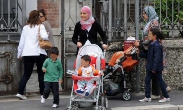 Al mercato di Tortona un bimbo, mamme straniere con stuoli di figli che fanno niente e gente che lavora….