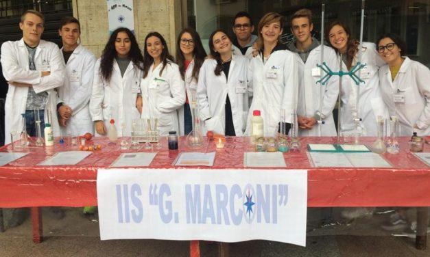 """Una bella esperienza per gli studenti del Marconi le """"Bancarelle Scientifiche"""" a Tortona"""