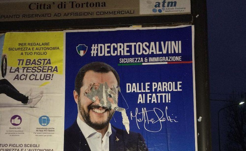 Grave atto di vandalismo a Tortona contro i manifesti della Lega e Salvini