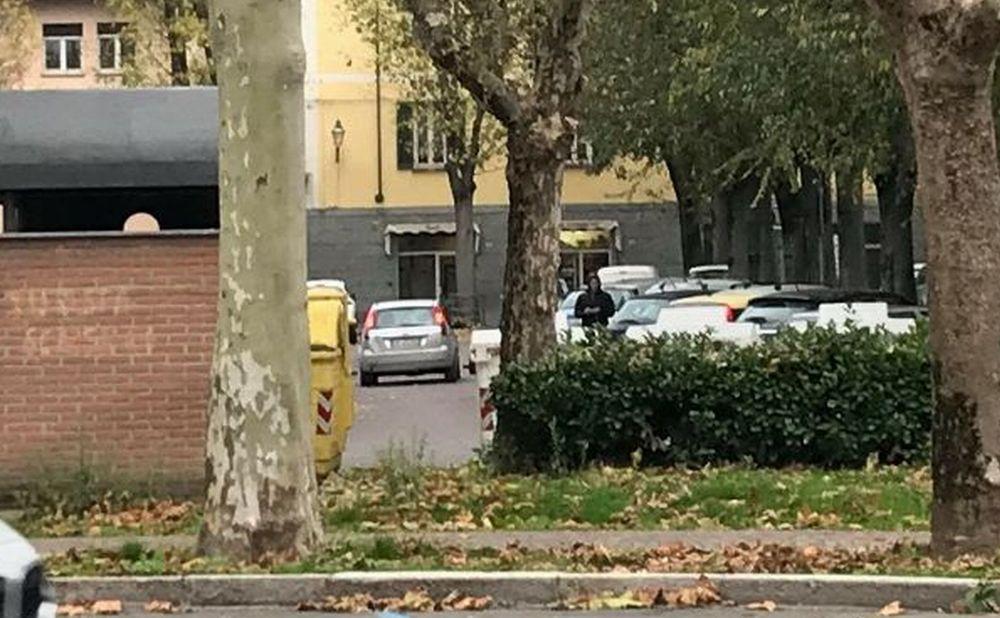 La piaga dei parcheggiatori abusivi a Tortona, difficile da debellare, che prendono il braccio della gente