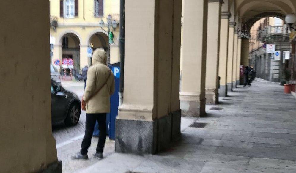 Tortona, ecco le immagini del parcheggiatore abusivo che importuna le donne in piazza Duomo