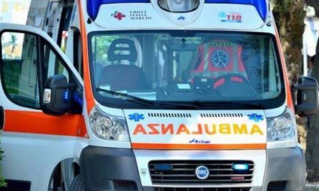Alessandria, camionista perde il controllo del camion, si schianta contro un muro e muore