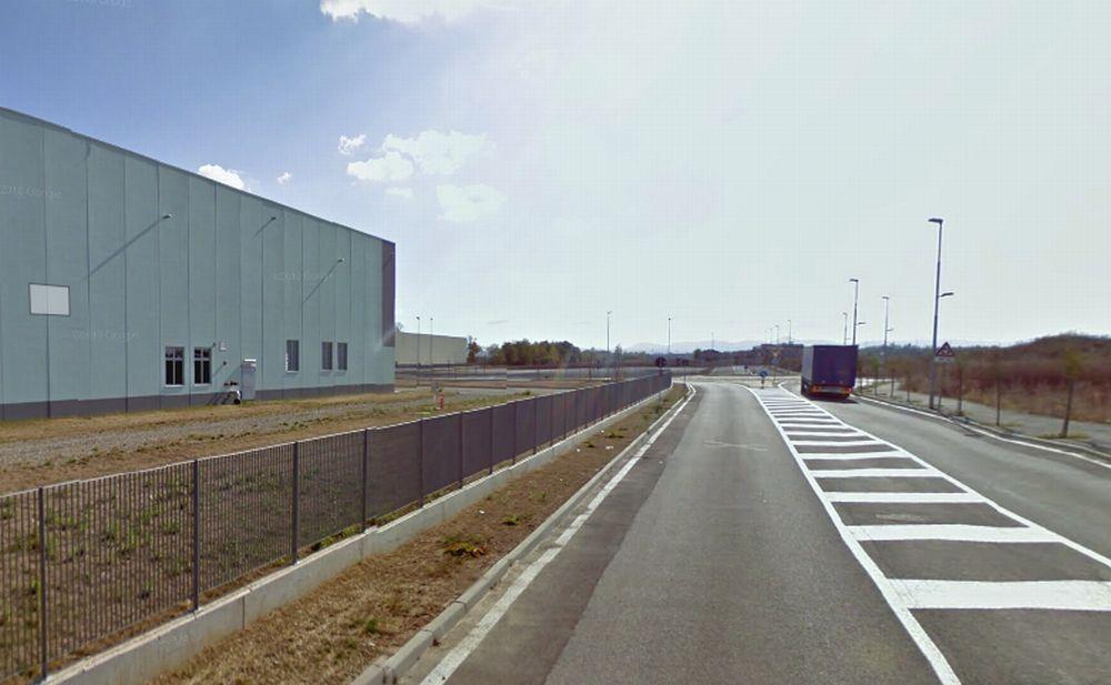 Grave incidente all'area logistica alla periferia di Tortona, un uomo muore travolto da un camion