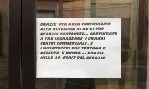 Chiude un negozio a Tortona e chi lo gestiva fa polemica con questo messaggio sul vetro
