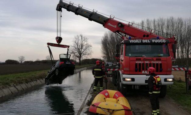 I Vigili del fuoco recuperano un'auto in un canale a Casale Monferrato