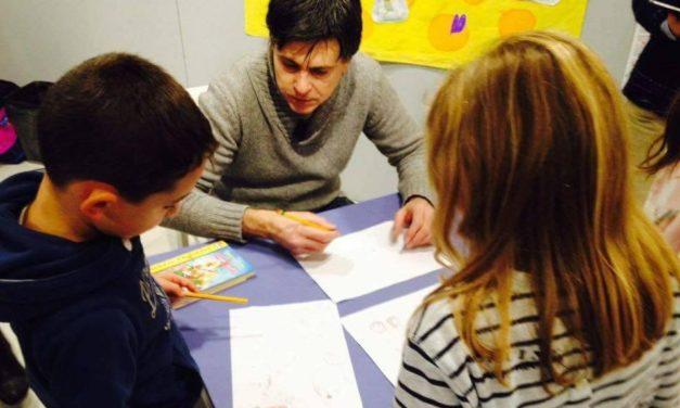 Il fumettista Andrea De Negri Giovedì alla Biblioteca di  Tortona coi bambini che disegnano Sherlock Holmes