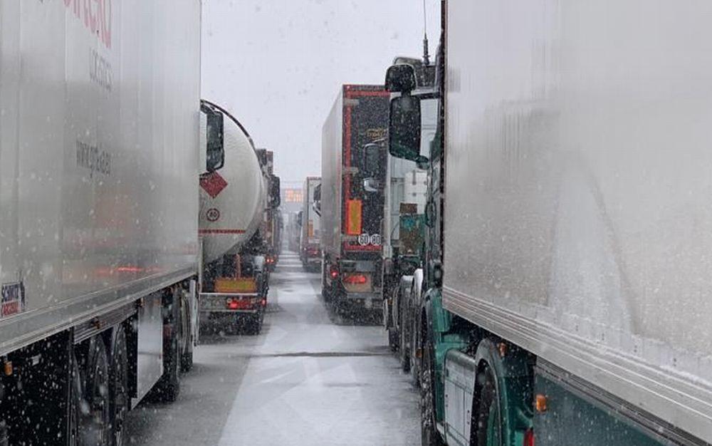 Code e disagi sull'A/7 alla periferia di Tortona per la neve. Sparso poco sale? Incidenti vari nel tortonese