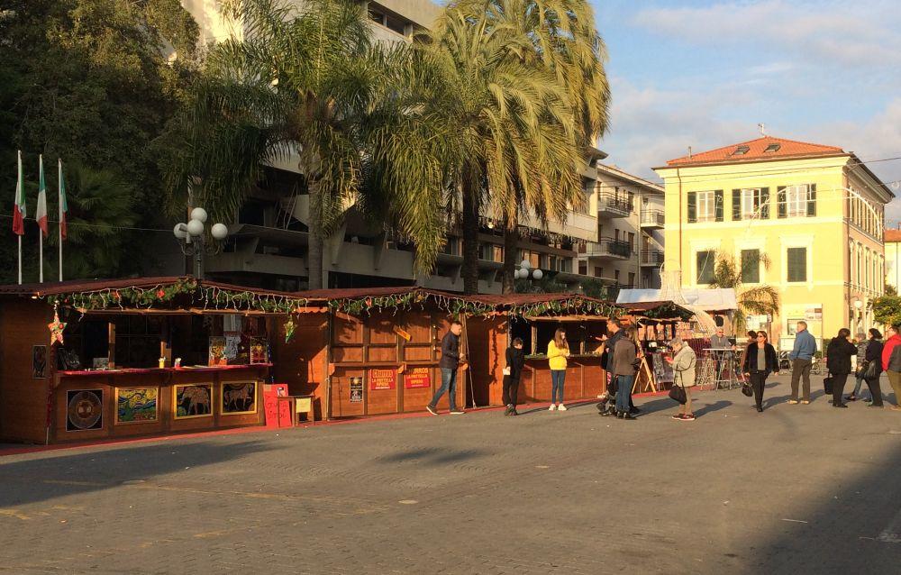 Il Capodanno in piazza a Diano Marina così non va: poco spazio a causa delle casette. Scelta da rivedere