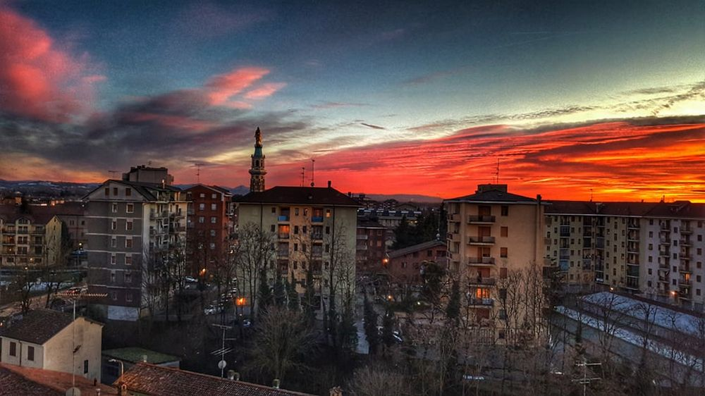 C'è Oggi Tortona: nel cielo terso di colore, la Madonna soffocata dai palazzi…. Mandateci foto della nostra città, pubblicheremo le migliori