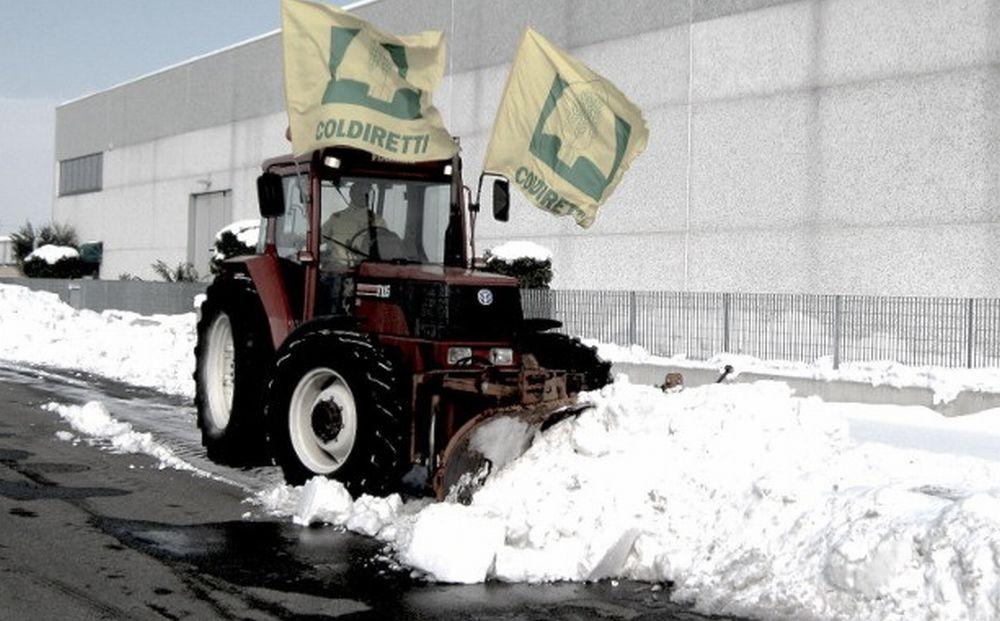 SOS gelo nelle campagne: trattori Coldiretti per spazzare la neve e la distribuzione del sale