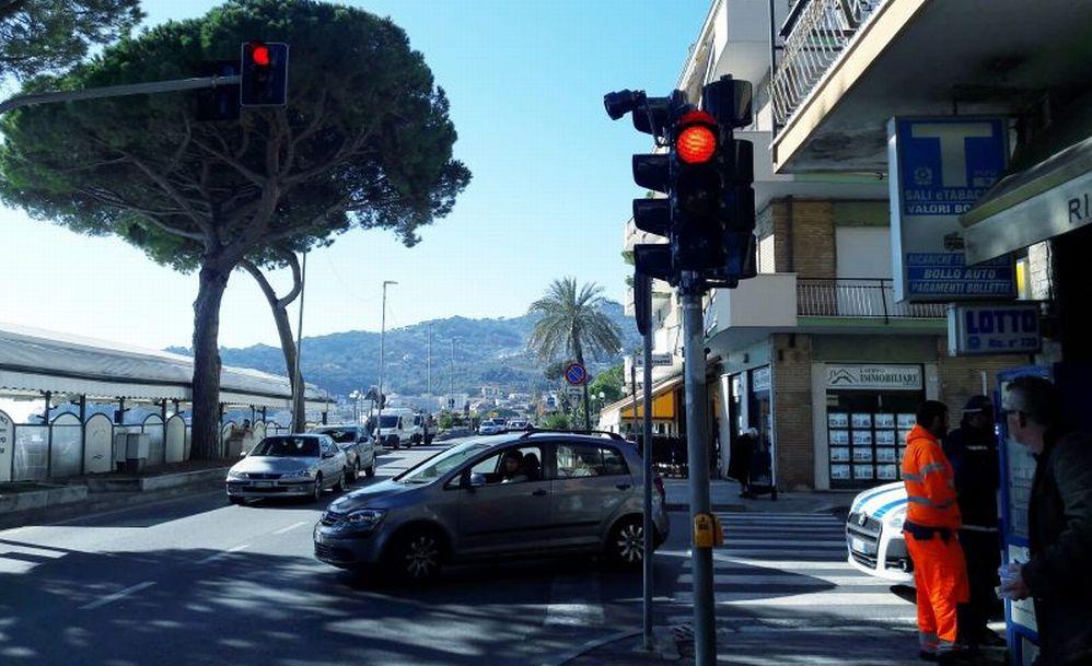 Installato il nuovo semaforo a Diano Marina
