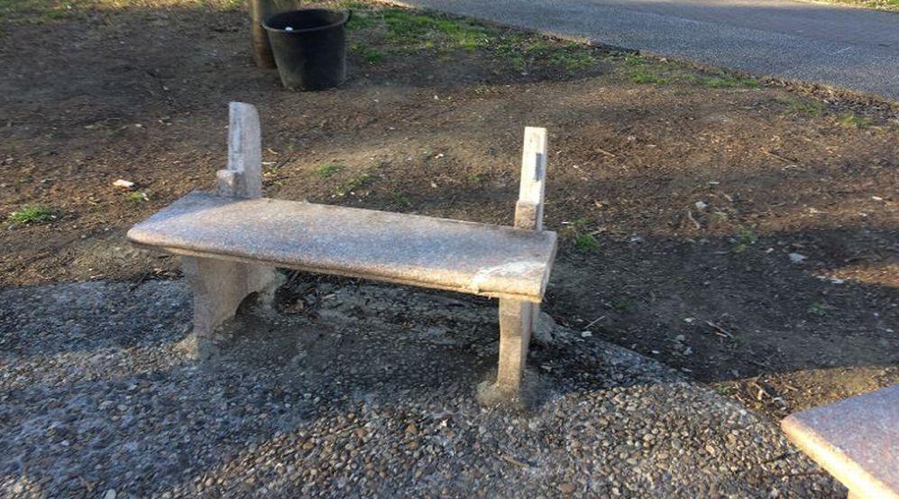 Ancora vandali a Tortona: prese sempre di mira le panchine nel parco di via Emilia nord