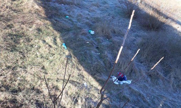 Abbandona rifiuti sul fiume Lemme preso e multato