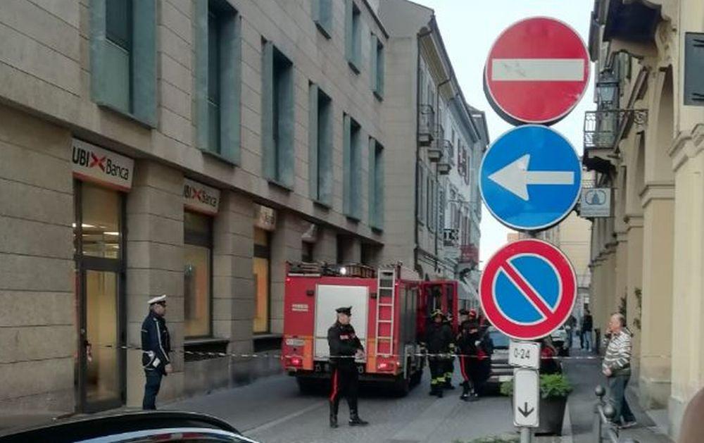 """Boato in via Emilia a Tortona vicino alla banca, sono """"saltati"""" tre trasformatori. Black out in parte della città. Le immagini"""